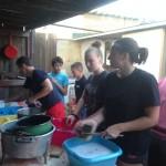 La vaisselle dans la joie (et la bataille d'eau)...