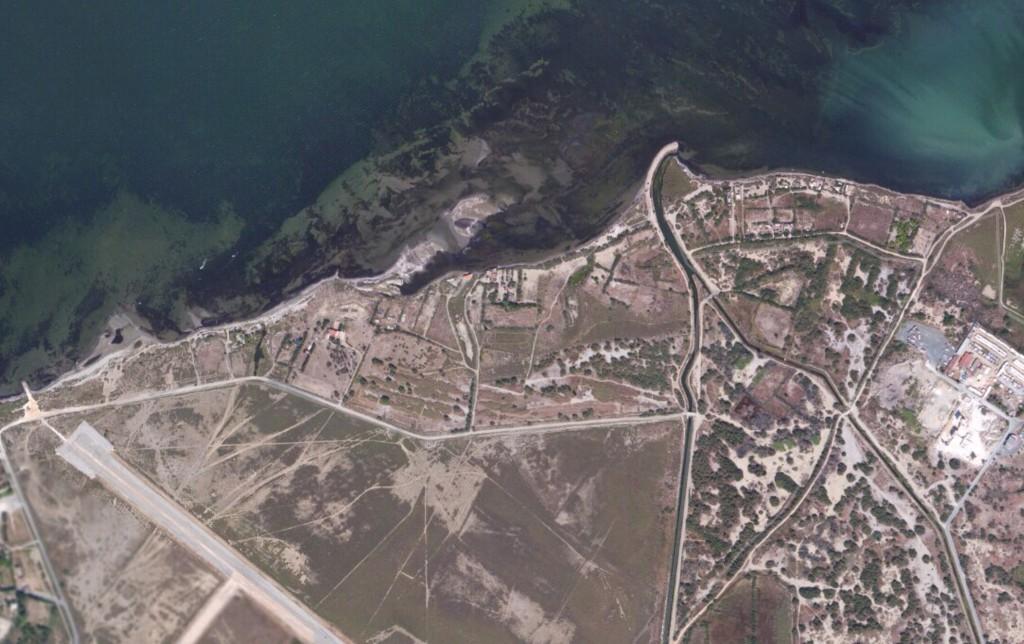 L'étang de Salses en haut, le terrain militaire au centre, ... on est au bord de l'eau.
